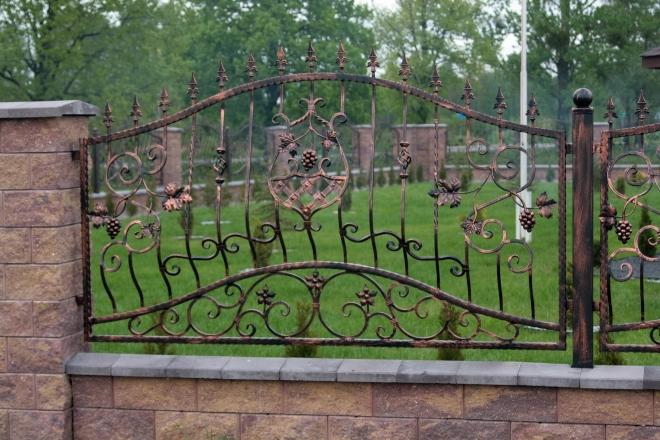 Цвета и стили кованых заборов