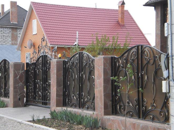 Как выбрать и установить кованый забор