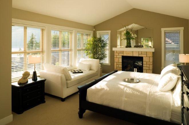 Кровать у окна в спальне по фэн-шуй