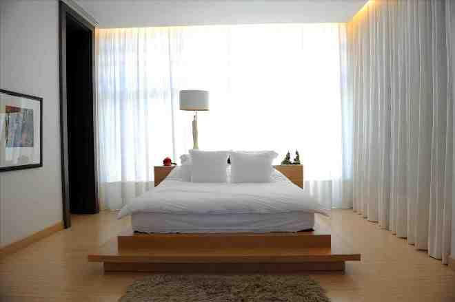 Кровать у окна в интерьере