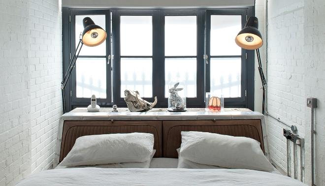 Кровать у окна в маленькой спальне