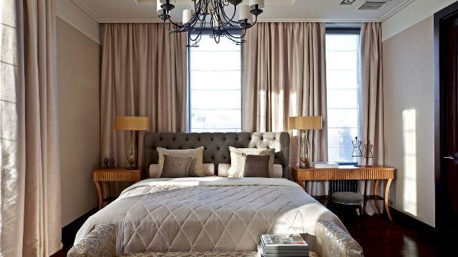 Кровать у окна в спальне