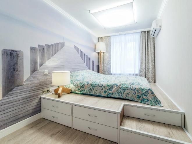 Кровать у окна в узкой спальне
