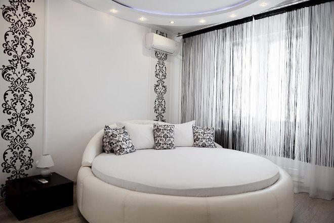 Как поставить круглую кровать в спальне