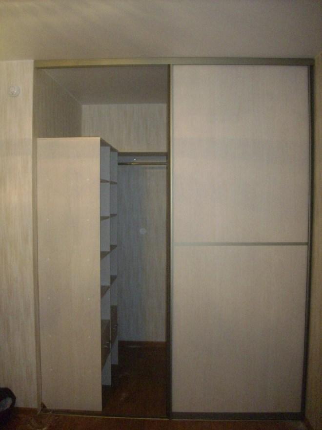Встроенный в нишу шкаф