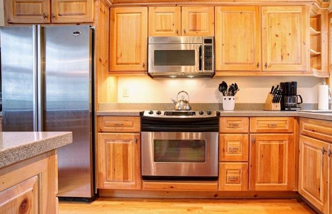 Кухни из сосны: доступность и натуральность