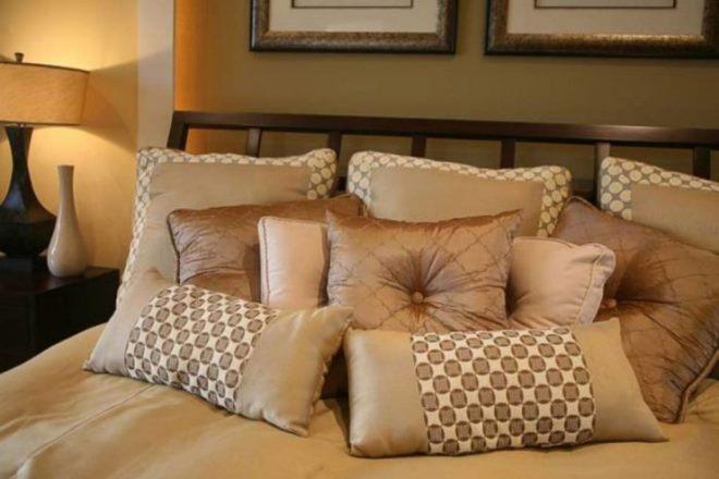 Различные варианты декоративных подушек в интерьере