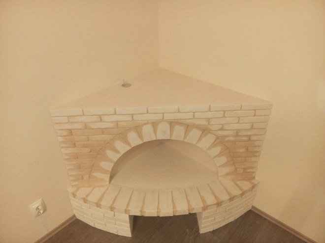 Угловой камин из листов картона с дымоходом