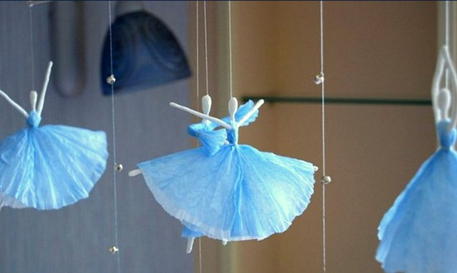 Балерина из белых салфеток и проволоки