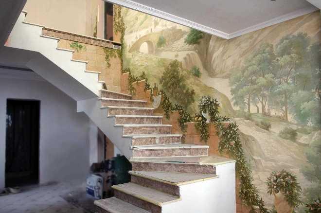 Декор стены на лестничном пролете