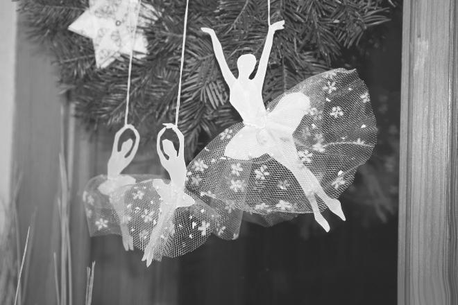Как сделать объемную снежинку-балеринку из бумаги
