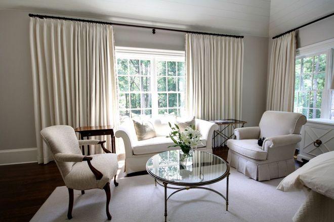Однотонные длинные шторы в гостиной