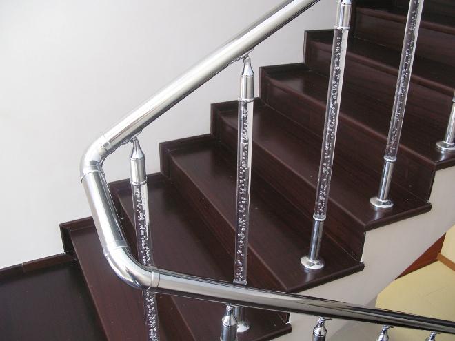 Пластик в перилах для лестниц