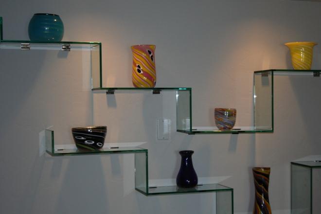 Полки и стеклянные сферы