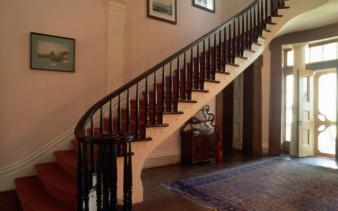 Изысканная лестница, выполненная в классическом стиле, дополненная деревянными декоративными элементами.