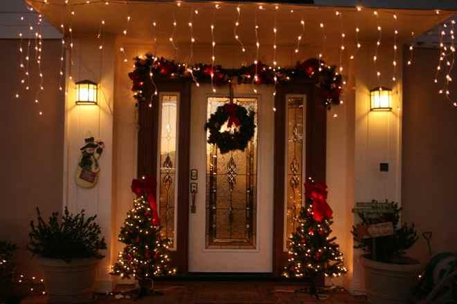 Идеи декора дверей к Новому году