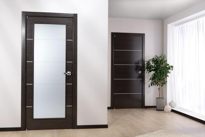 Темные двери в интерьере квартиры