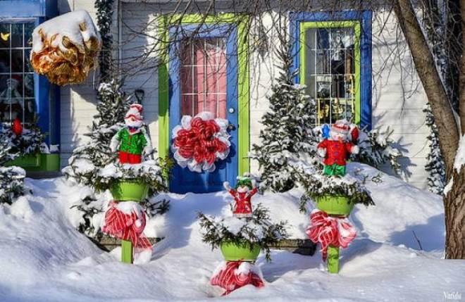 Украшение двора дома к Новому году