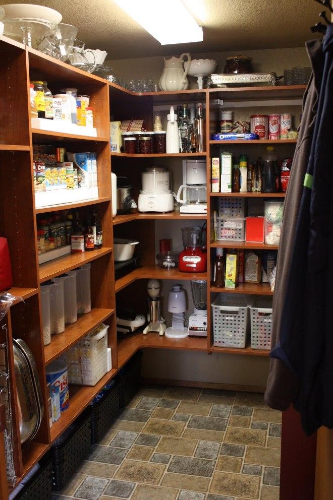 Кладовка для хранения продуктов и кухонной утвари
