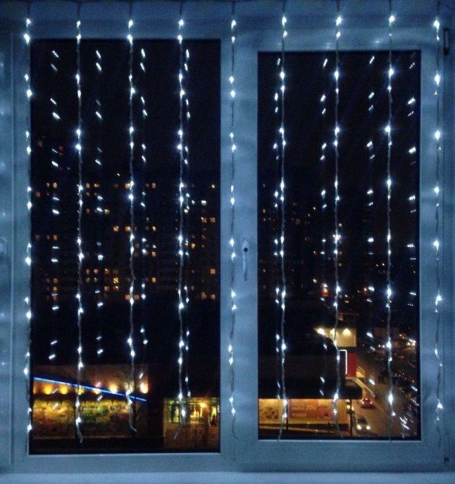 Декор окна электрическими гирляндами