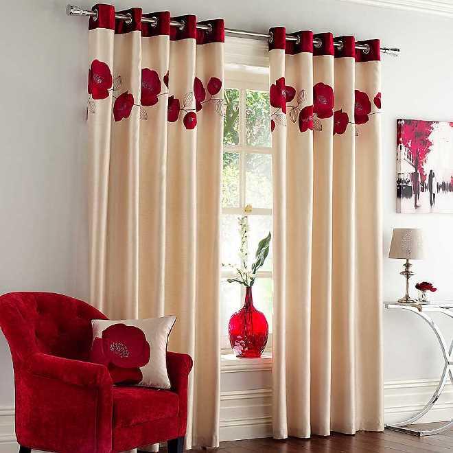 Оригинальное оформление окон шторами в гостиной