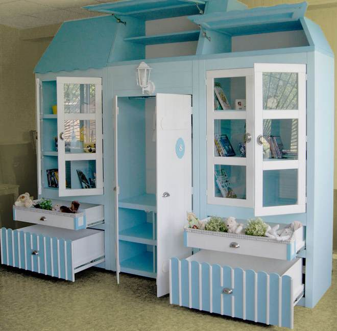 Стеклянный шкаф для игрушек