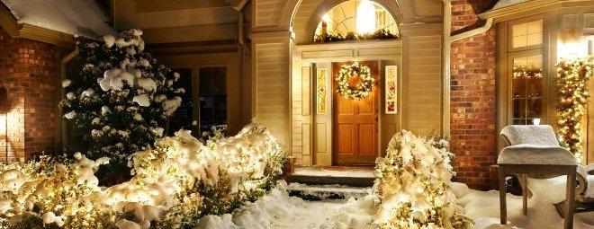 Самые популярные и необычные украшения дверей на Новый год